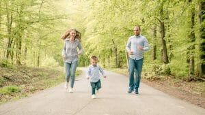 Obiteljska fotografija fotografirana u šumi